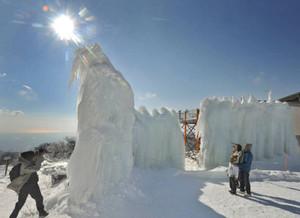 厳寒の山上にそびえる巨大な氷瀑=菰野町の御在所岳で