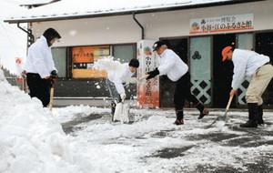 「長浜黒壁・歴史ドラマ50作館」近くの商店街も雪の影響で人通りが少なかった=長浜市元浜町の北国街道で