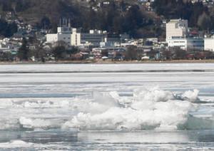 御神渡りの出現を思わせる氷のせり上がり=諏訪市で