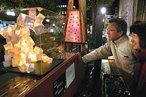 光を放つ造形作品の数々=掛川市中心市街地で