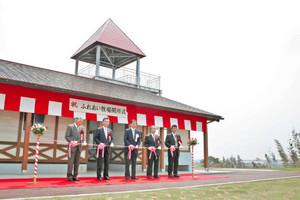 ふれあい牧場の開所を祝いテープカットする関係者たち=いずれも坂井市の県畜産試験場ふれあい牧場で