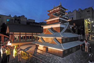 ライトアップされた北庄城の復元模型=福井市の北の庄城址公園で