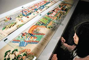 平安時代の貴族文化を伝える色鮮やかな絵巻=小浜市の県立若狭歴史博物館で