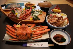 越前がにのフルコース(刺し身は2人前)=福井県越前町厨の「越前くりや温泉 あらき」で