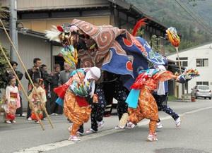 「村まわり」で披露される獅子舞=白川村平瀬で