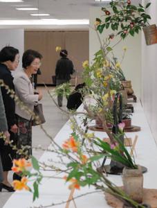 力作がそろった西濃地域中日いけばな芸術展=大垣市のヤナゲン大垣本店で