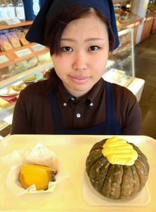 カボチャの皮をそのまま器にした「菜果プリン」=恵那市大井町の恵那川上屋本社恵那峡店で