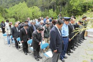 御嶽山噴火災害の犠牲者に黙とうをささげる関係者ら=下呂市小坂町で