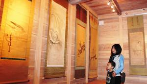 鷹絵の掛け軸やびょうぶをそろえた展覧会「鷹から学ぶ文化と自然」=池田町宮地の土川商店で
