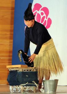 長良川鵜飼の魅力を紹介する杉山秀二さん=可児市の花フェスタ記念公園で