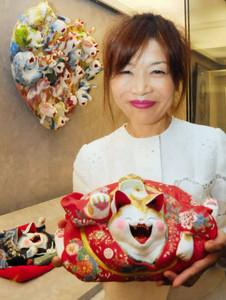 笑顔を浮かべるネコの人形などを出展した布山幸子さん=岐阜市宇佐の県図書館で