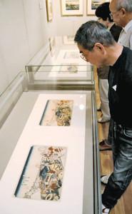 4枚並んだ「日本橋」。図柄や色などが微妙に異なる=恵那市大井町の中山道広重美術館で