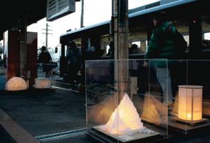 和紙からこぼれる柔らかい光に出迎えられる市民=美濃市の長良川鉄道美濃市駅で
