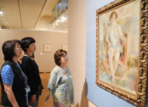 県美術館が所蔵する「マリエッタの肖像」を鑑賞する来場者ら=岐阜市宇佐の県美術館で
