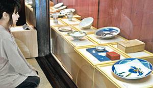近代九谷の名工による作品が並ぶ企画展=九谷焼窯跡展示館で