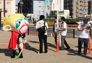 駅前で投票を呼び掛ける「あまゾネス」=あま市の名鉄甚目寺駅前で