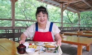 宮川のせせらぎを聞きながら町産のアユを使った料理が食べられる清流茶屋=大台町滝谷で