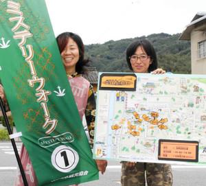 「ミステリー・ウォーク」への参加を呼び掛ける、問題を考案した喜多さん(右)と松崎さん=松本市浅間温泉で