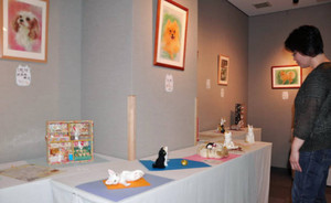 ほのぼのとした作品が並ぶ北原さんの展示=飯田市上郷別府で
