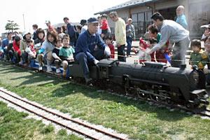 子どもたちの人気を呼ぶミニ鉄道=小矢部市のクロスランドおやべで