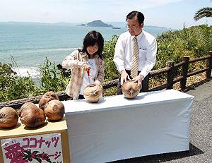 石垣島で投げ込むヤシの実にプレートを取り付ける中村夫妻=田原市日出町の「日出園地」で