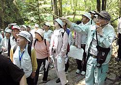 城郭遺構を説明する関口宏行さん(右端)