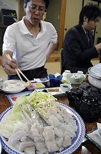 夏の目玉料理を目指すハモ料理=南知多町篠島で