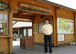 「伊賀の里モクモク手づくりファーム」と木村代表理事=伊賀市西湯舟で