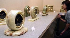 大理石の時計が並ぶ会場=関ケ原町で