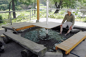 大町エネルギー博物館にお目見えした掛け流しの温泉足湯=大町市平で