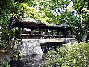 聴松閣に掛かる白雲橋。京都・修学院離宮の千歳橋を模している=名古屋市千種区法王町で(市提供)
