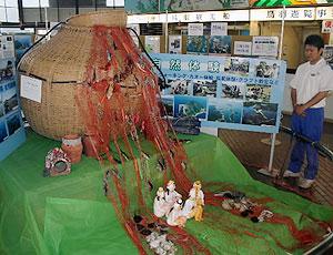 伊勢志摩国立公園協会内の離島の魅力を紹介した展示会=鳥羽市佐田浜の鳥羽港湾センターで