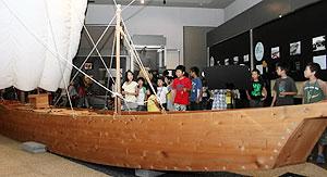 本物の鵜飼い船などが展示されている会場=岐阜市大宮町の岐阜市歴史博物館で