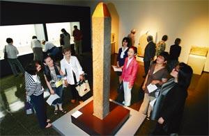 大勢の来場者でにぎわう「古代エジプトの美展」=10日午前、浜松市美術館で(斉藤直純撮影)
