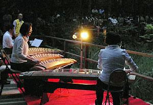 ホタルを見に集まった人々を前に披露された琴と尺八の演奏=瀬戸市の定光寺ほたるの里で