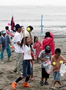 海開き式後のイベントに参加し笑顔の子どもたち=美浜町の奥田海水浴場で