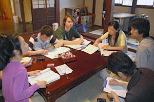 加賀温泉郷の観光について意見を述べ合う留学生ら=加賀市大聖寺で