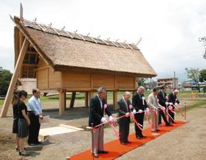 登呂遺跡の再整備工事で、一般公開を祝ってテープカットする関係者ら=静岡市駿河区登呂で