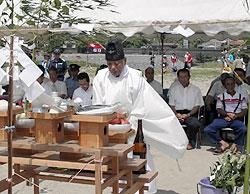 新鹿海水浴場で参列者を前に神事を執り行う宮司=熊野市新鹿町で