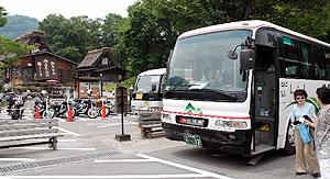 東海北陸道の開通区間を通る路線バスを利用して白川郷に降り立つ観光客ら=白川村荻町で