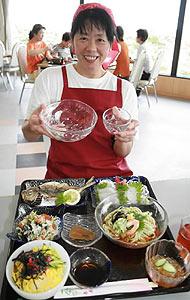 ガラスの器と豊富な地元食材が魅力の「能登島ガラス御膳」=七尾市の道の駅「のとじま」交流市場で