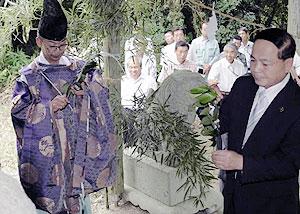 開山式の神事に臨む大野市長(右)=土岐市の三国山キャンプ場で