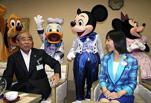 ミッキーマウスらディズニーのキャラクターと談笑する松原武久市長=市公館で