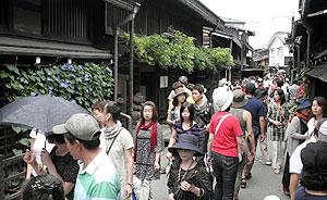 観光客でにぎわう「古い町並み」=高山市上三之町で