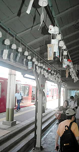 乗降客に涼感を届けている揖斐駅の風鈴=揖斐川町脛永で