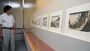歌川広重の「東海道五拾三次」が並ぶ会場=亀山市のかめやま美術館で