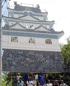 岩村城の「三重櫓」を再現したパネル=恵那市岩村町で