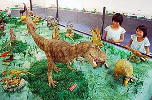 展示された迫力あふれる恐竜の模型=蒲郡市の生命の海科学館で