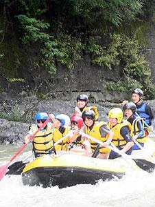 岩場の激流を下るラフティングの参加者=木曽町福島の木曽川で