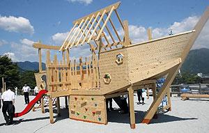 市に寄贈された木製遊具を備えた公園=尾鷲市向井で
